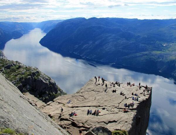 Uitzicht op Preikestolen en Lysefjord